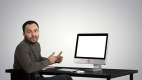Uomo d'affari bello che guarda in camera e che parla sul fondo di pendenza immagini stock libere da diritti