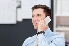 Uomo d'affari bello che parla sul suo cellulare Fotografia Stock Libera da Diritti