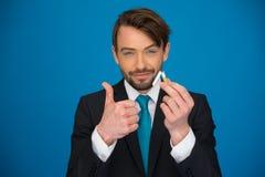 Uomo d'affari bello che tiene sigaretta ed e-sigaretta tagliate Fotografia Stock