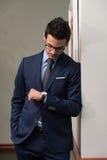 Uomo d'affari bello Checking Time On il suo orologio Fotografia Stock Libera da Diritti