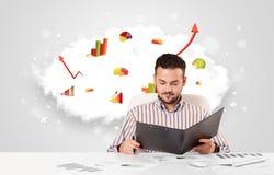 Uomo d'affari bello con la nuvola nei precedenti che contengono passo Fotografie Stock Libere da Diritti