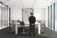 Uomo d'affari bello In Meeting Room Fotografie Stock
