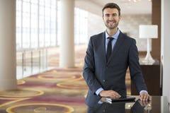 Uomo d'affari bello Portrait alla conferenza del lavoro dell'hotel Fotografia Stock Libera da Diritti