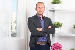 Uomo d'affari bello sicuro e sorridere Immagine Stock