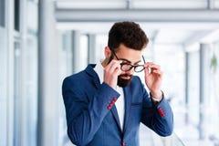 Uomo d'affari bello Taking Off Eyeglasses fotografia stock