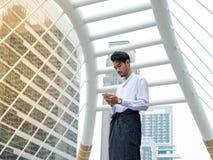 Uomo d'affari birmano con il cellulare immagine stock libera da diritti