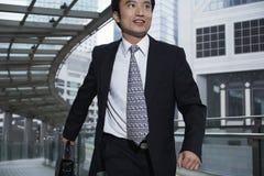 Uomo d'affari With Briefcase Walking sulla passerella fotografie stock