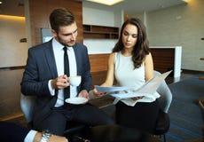 Uomo d'affari And Businesswoman Meeting in caffetteria Fotografia Stock Libera da Diritti