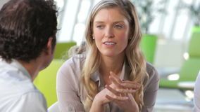 Uomo d'affari And Businesswomen Talking in ufficio video d archivio
