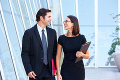 Uomo d'affari And Businesswomen Walking fuori dell'ufficio Fotografia Stock