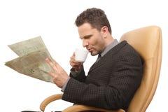 uomo d'affari, caffè, giornale Fotografie Stock Libere da Diritti