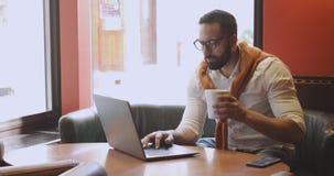 Uomo d'affari in caff? stock footage