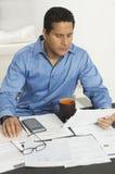 Uomo d'affari Calculating Financial Budget Immagini Stock