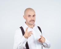 Uomo d'affari calvo che indica alla macchina fotografica con Immagine Stock Libera da Diritti