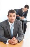 Uomo d'affari carismatico che si siede nella priorità alta Immagini Stock Libere da Diritti