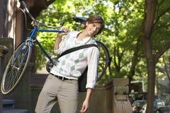 Uomo d'affari Carrying Bicycle Outdoors Fotografia Stock