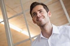 Uomo d'affari casuale che sta con l'espressione felice Fotografia Stock Libera da Diritti