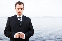 Uomo d'affari caucasico che texting Fotografia Stock Libera da Diritti
