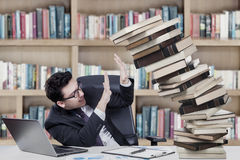Uomo d'affari caucasico con i libri Fotografia Stock