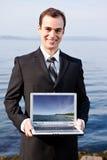 Uomo d'affari caucasico con il computer portatile Immagini Stock Libere da Diritti