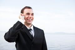 Uomo d'affari caucasico sul telefono Fotografie Stock Libere da Diritti