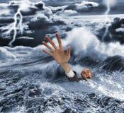 Uomo d'affari che affonda nel mare tempestoso scuro immagine stock libera da diritti