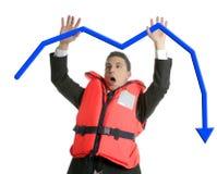 Uomo d'affari che affonda nella crisi, metafora del giubbotto di salvataggio Immagine Stock