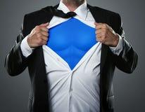 Uomo d'affari che agisce come un eroe eccellente Fotografia Stock Libera da Diritti