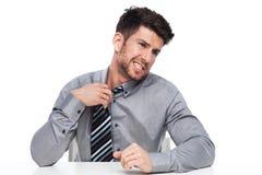 Uomo d'affari che allenta suo legame Immagine Stock