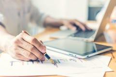 Uomo d'affari che analizza i grafici di investimento contabilità fotografie stock libere da diritti