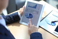 Uomo d'affari che analizza le statistiche finanziarie Immagini Stock