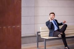 Uomo d'affari che aspetta un treno Immagine Stock Libera da Diritti