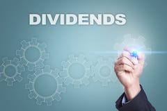 Uomo d'affari che attinge schermo virtuale Concetto di dividendi immagini stock