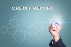 Uomo d'affari che attinge schermo virtuale concetto di rapporto di credito fotografia stock