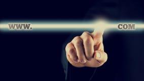 Uomo d'affari che attiva un WWW COM si abbottona sullo schermo virtuale Fotografia Stock Libera da Diritti
