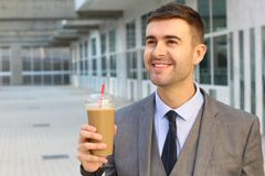 Uomo d'affari che beve un caffè di ghiaccio fotografia stock libera da diritti