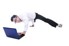 Uomo d'affari che breakdancing mentre per mezzo del computer portatile Immagini Stock