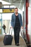 Uomo d'affari che cammina alla stazione ferroviaria Fotografia Stock Libera da Diritti