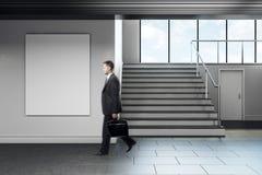 Uomo d'affari che cammina in corridoio moderno della scuola Fotografia Stock Libera da Diritti