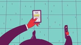 Uomo d'affari che cammina le notizie della lettura sullo smartphone Fotografia Stock Libera da Diritti