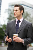 Uomo d'affari che cammina lungo la via Fotografia Stock
