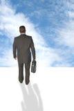 Uomo d'affari che cammina nel cielo Fotografia Stock Libera da Diritti