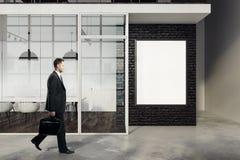 Uomo d'affari che cammina nell'auditorium Fotografia Stock