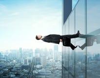 Uomo d'affari che cammina su Fotografie Stock