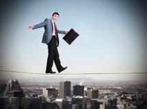 Uomo d'affari che cammina sulla corda. Fotografie Stock