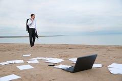 Uomo d'affari che cammina sulla spiaggia Fotografia Stock Libera da Diritti