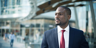 Uomo d'affari che cammina in un ambiente aziendale Fotografie Stock Libere da Diritti