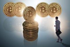 Uomo d'affari che cammina verso i bitcoins in blockchai di cryptocurrency Fotografia Stock