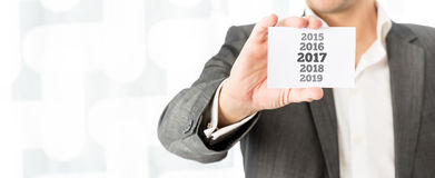 Uomo d'affari che celebra i 2017 nuovi anni Fotografie Stock Libere da Diritti