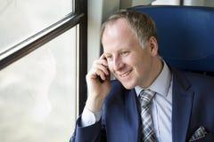 Uomo d'affari che chiama da un treno fotografie stock libere da diritti
